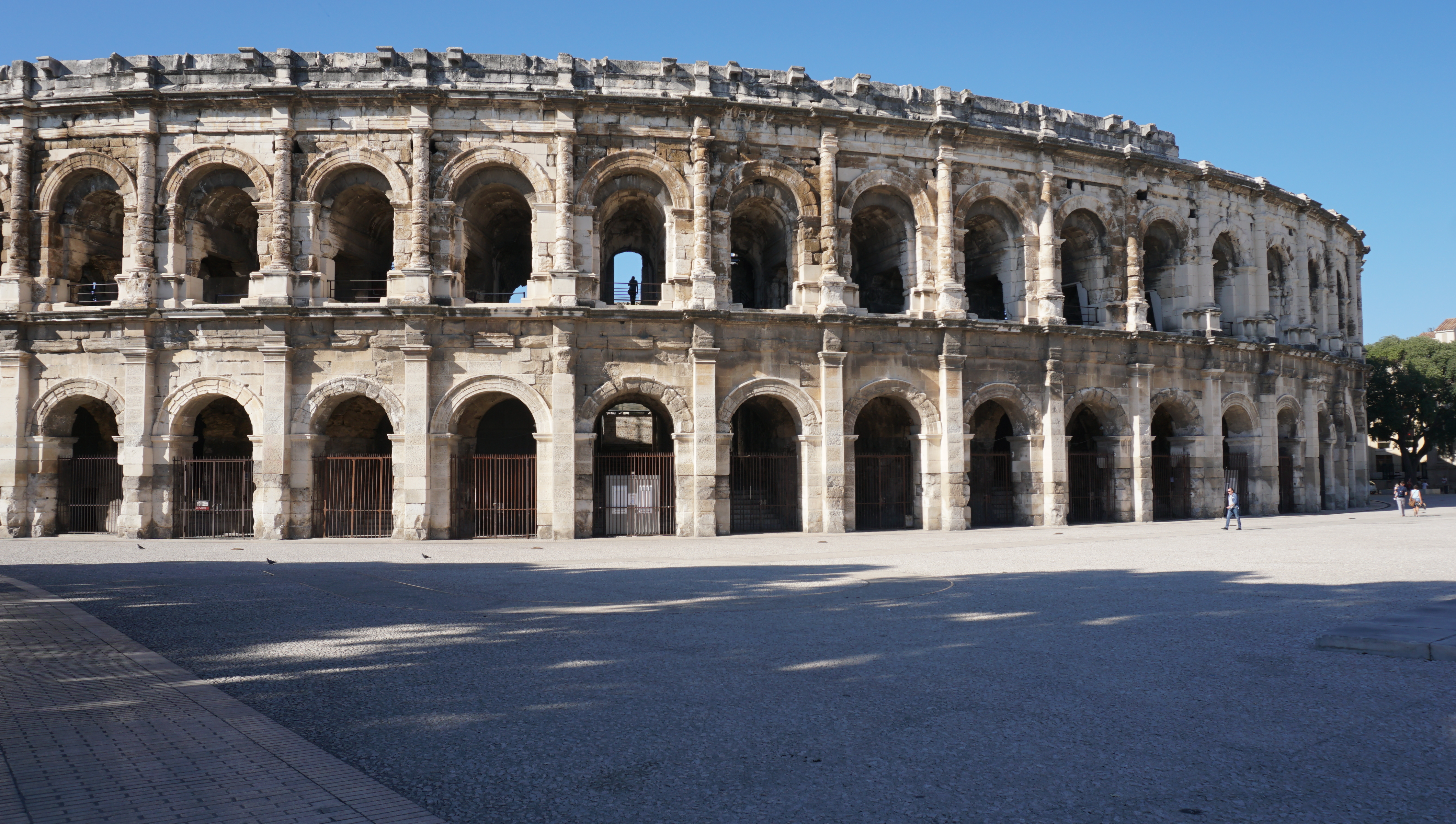 the roman baths at nimes Providing over 30,000 m³ of water each day, this roman town could supply its population with baths, public fountains and other aquatic features these are shown in several vivid reproductions these are shown in several vivid reproductions.
